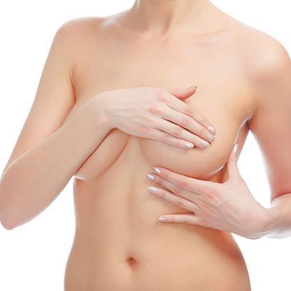 junge unbekleidete Frau mit Hand auf Ihrer Brust